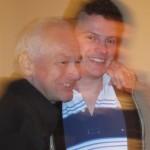 Ein Vater erklärt seinem Sohn die Fliegerei - Foto: Fecker