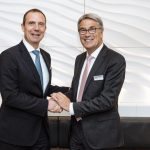 Michael Kuhn (CEO DC Aviation) und Walter Heerdt (Senior Vice President VIP & Special Mission Aircraft Services) während der Vertragsunterzeichnung in Genf - Foto: Lufthansa Technik